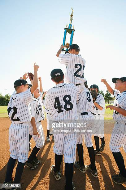 usa, california, ladera ranch, boys (10-11) from little league celebrating after winning - championnat de sport photos et images de collection