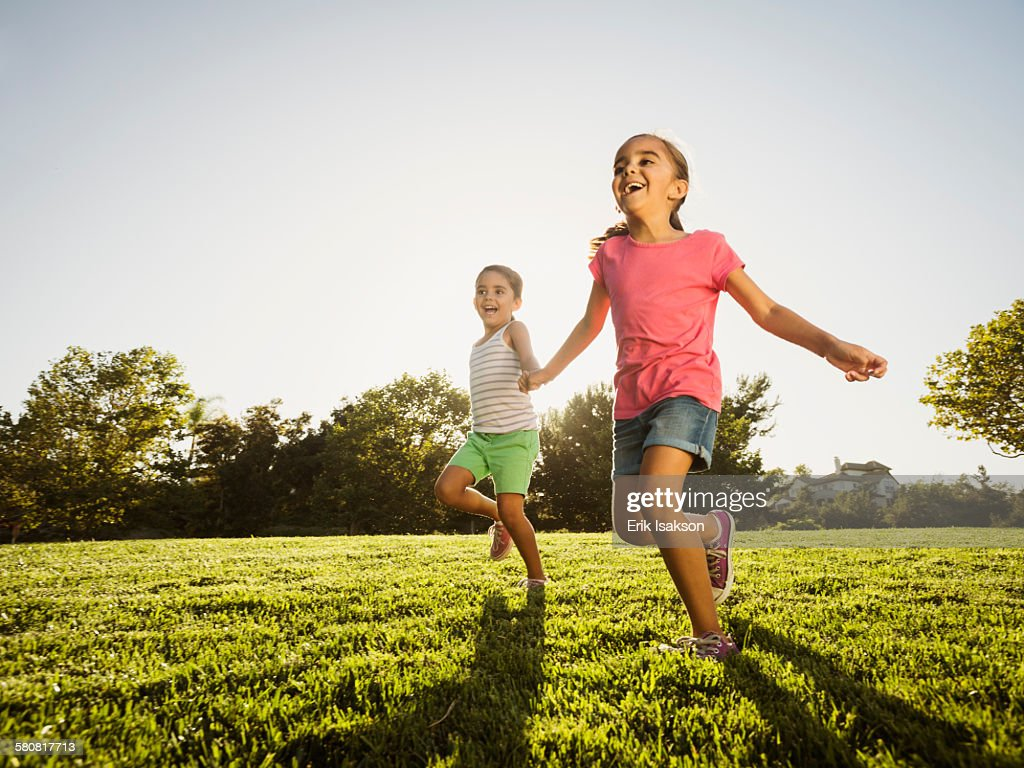 Usa California Ladera Ranch Sisters Playing In Park Foto de stock ...