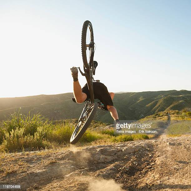 usa, california, laguna beach, mountain biker falling of his bike - aborto fotografías e imágenes de stock