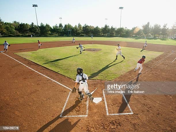 usa, california, little league baseball team (10-11) during baseball match - terrain de baseball photos et images de collection