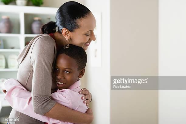usa, california, los angeles, mother and son (12-13) hugging - respekt bildbanksfoton och bilder