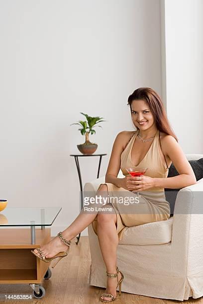 usa, california, los angeles, portrait of smiling mid adult woman - solo una donna di età media foto e immagini stock