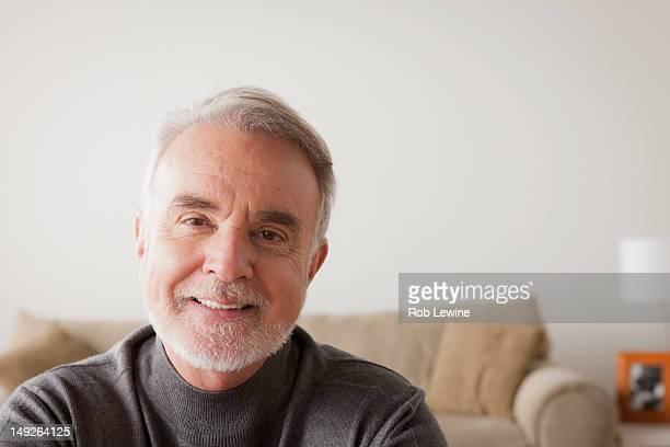 usa, california, los angeles, portrait of smiling senior man - 65 69 ans photos et images de collection