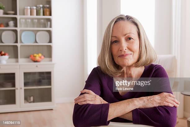 usa, california, los angeles, portrait of smiling senior woman - 65 69 jaar stockfoto's en -beelden