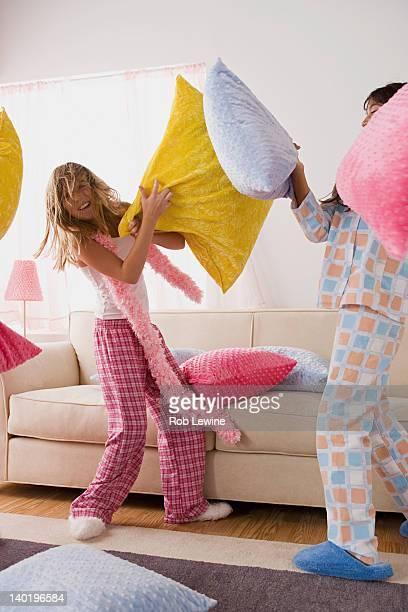 usa, california, los angeles, two girls (10-11) having pillow fight at slumber party - 10 11 jahre stock-fotos und bilder
