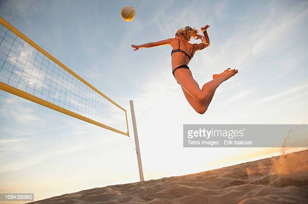 usa, california, los angeles, woman playing beach volleyball - beachvolleybal stockfoto's en -beelden