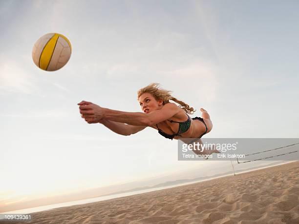 usa, california, los angeles, woman playing beach volleyball - strand volleyball stock-fotos und bilder