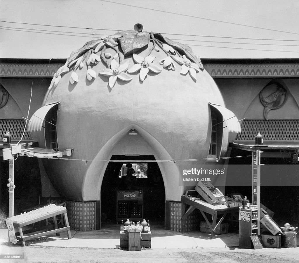 Orange-shaped orange stall near Los Angeles - 1939 - Photographer: Ewing Galloway - Vintage property of ullstein bild