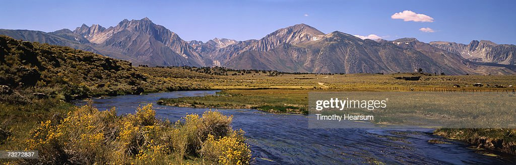 """USA, California, Owens River, Sierra Nevada Mountains, river flowing through meadow"" : Foto stock"