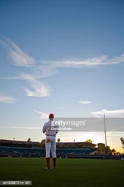 USA, California, San Bernardino, baseball-outfielder cercando traino