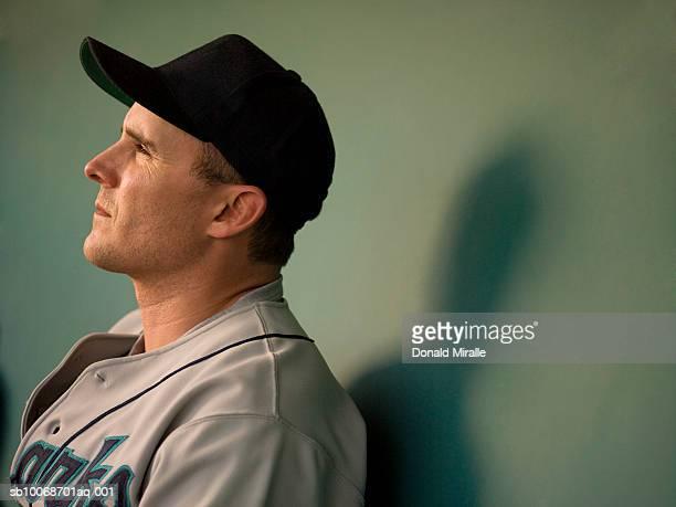 EUA, Califórnia, San Bernardino, Jogador de beisebol sentado em dugo