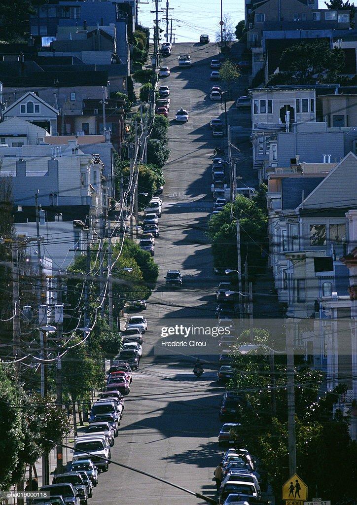 California, San Francisco, city street with cars lining road : Stockfoto