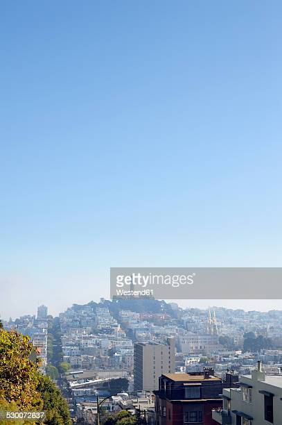 usa, california, san francisco, view from lombard street on telegraph hill with coit tower - lombard street san francisco stock pictures, royalty-free photos & images