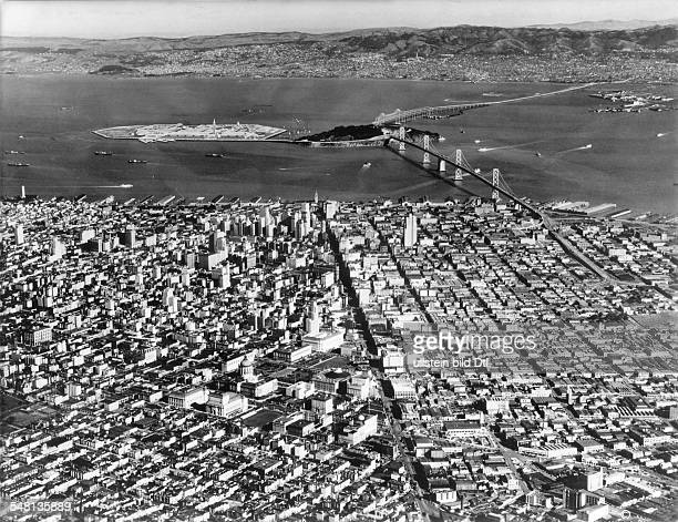 USA California San Francisco View over the city and the San Francisco Bay to Oakland in the center Yerba Buena Island with the 'Treasure Island' and...