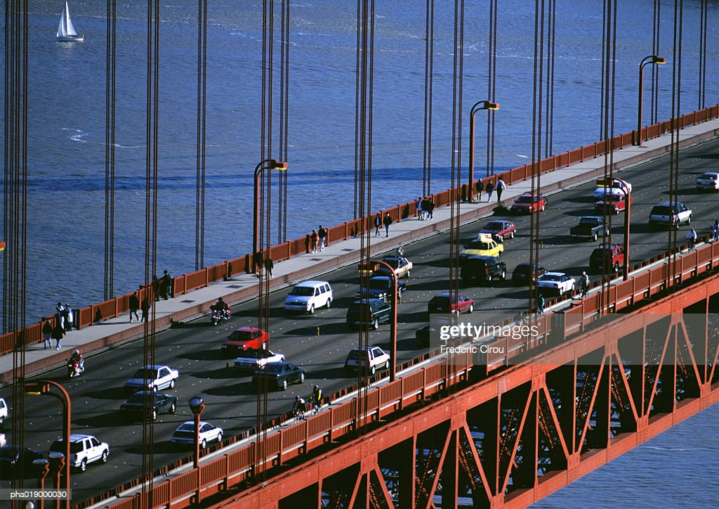 California, San Francsico, section of Golden Gate Bridge with traffic : Stockfoto