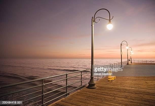 usa, california, santa monica, santa monica pier at sunset - vedação de corrimão imagens e fotografias de stock