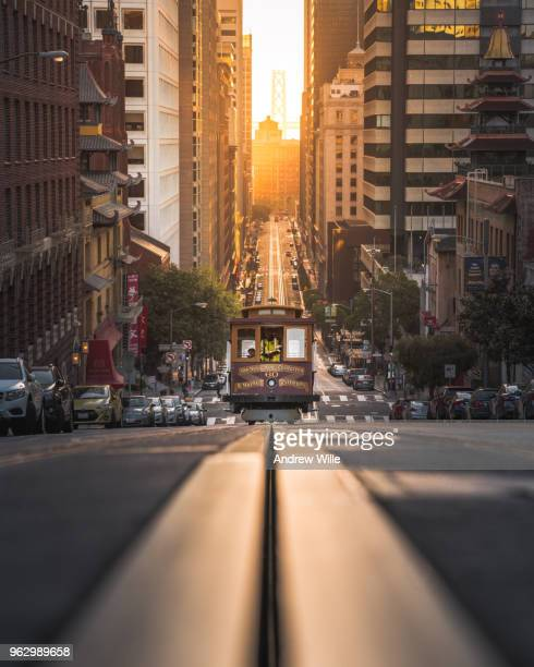 california street cable car symmetry - tram stockfoto's en -beelden