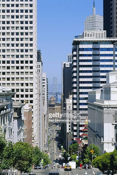 california street, with bay bridge, san francisco, usa - サンフランシスコ金融地区 ストックフォトと画像