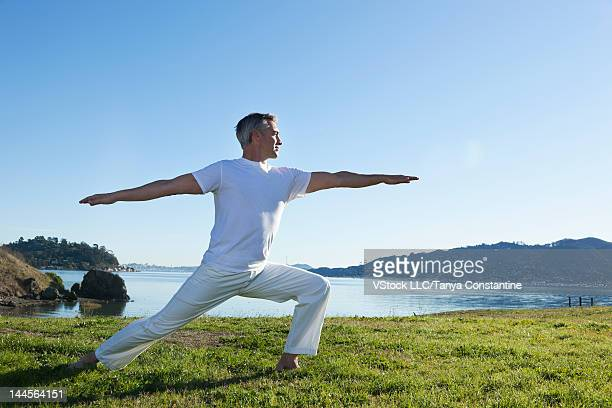 usa, california, tiburon, man practicing yoga at lakeshore - só homens maduros - fotografias e filmes do acervo