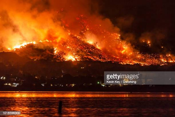 california wildfires: the holy fire at lake elsinore on august 9, 2018 - california photos et images de collection