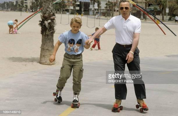 Californie EtatsUnis 7 juillet 1987 Rendezvous avec Charles AZNAVOUR en voyage en Californie Ici faisant du patin à roulettes avec son fils Nicolas...