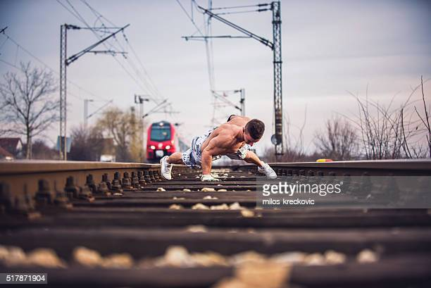Gymnastique rythmique sur la ligne de chemin de fer.