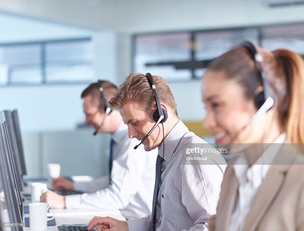 Operatori di Call center, lavorando in ufficio : Foto stock