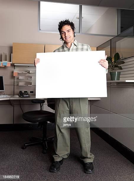 コールセンターの担当者を持つ空のメッセージボード