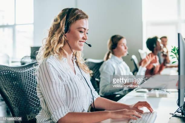 callcenter-mitarbeiter. - telefonist stock-fotos und bilder