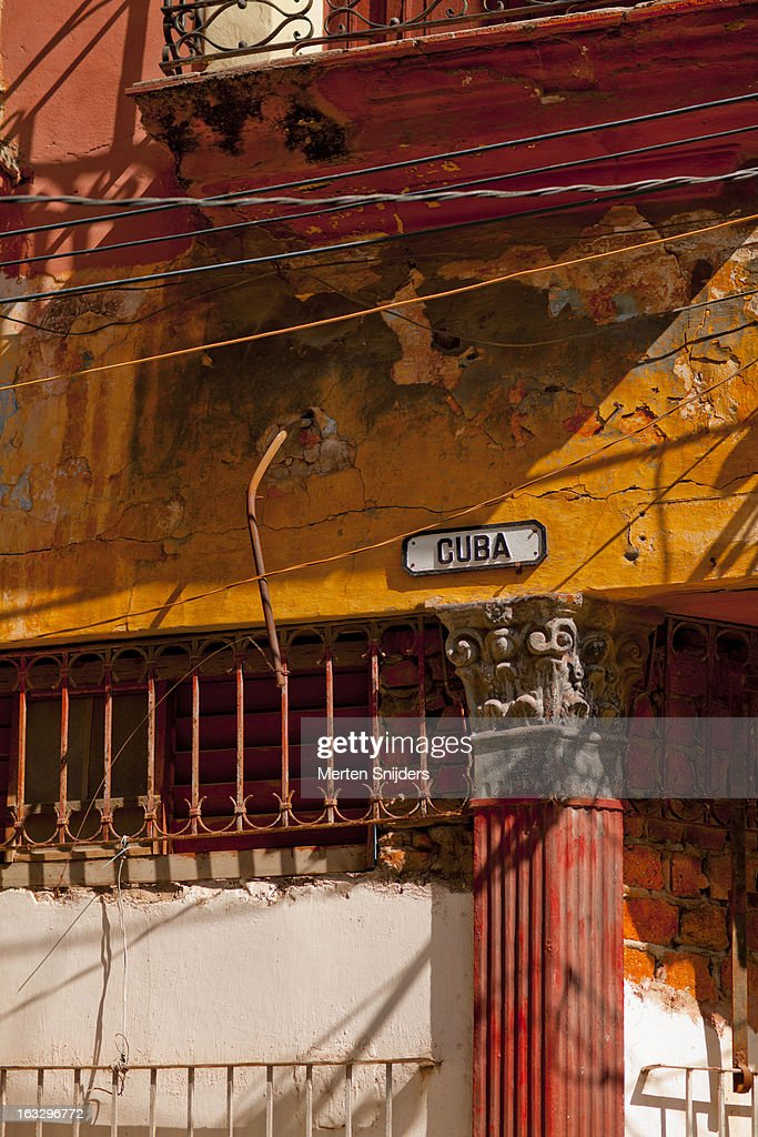 Calle Cuba sign on eroded wall : Stockfoto