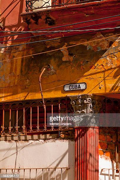 calle cuba sign on eroded wall - merten snijders stock-fotos und bilder