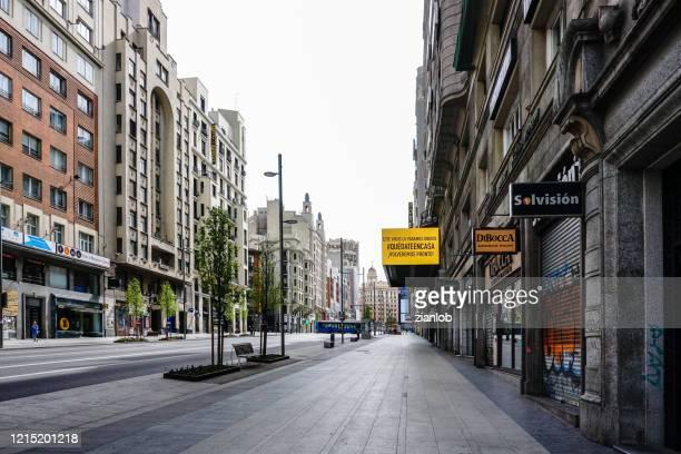 calle gran vía de madrid (españa), desierta por el coronavirus. - gran via madrid fotografías e imágenes de stock