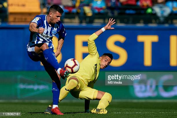 Calleri of Deportivo Alaves competes for the ball with Ramiro Funes Mori of Villarreal CF during the La Liga match between Villarreal CF and...