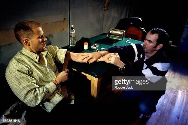 callum dixon and paul ritter on stage in drummers - robbie jack stockfoto's en -beelden