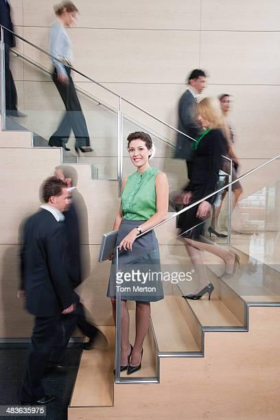 Calma Mulher de Negócios no escritório ocupado Escada