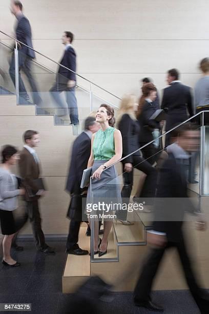 Ruhige Geschäftsfrau in beschäftigt Büro-Treppe