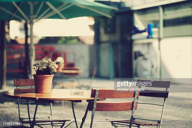 calm cafe - pavement cafe stock pictures, royalty-free photos & images