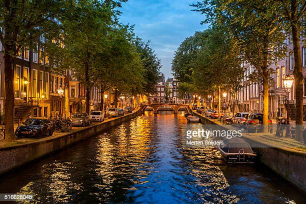 calm canal leidsegracht after sunset - merten snijders stockfoto's en -beelden