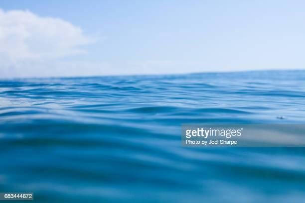 calm caribbean water perfection - linha do horizonte sobre água - fotografias e filmes do acervo