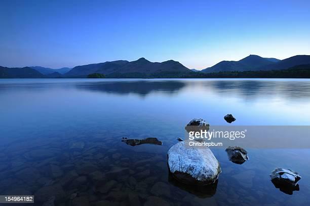 noite mais calma derwentwater - derwent water - fotografias e filmes do acervo