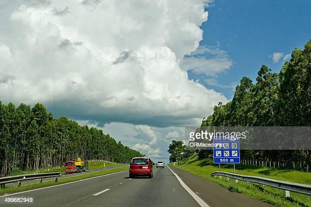 calm highway - crmacedonio fotografías e imágenes de stock