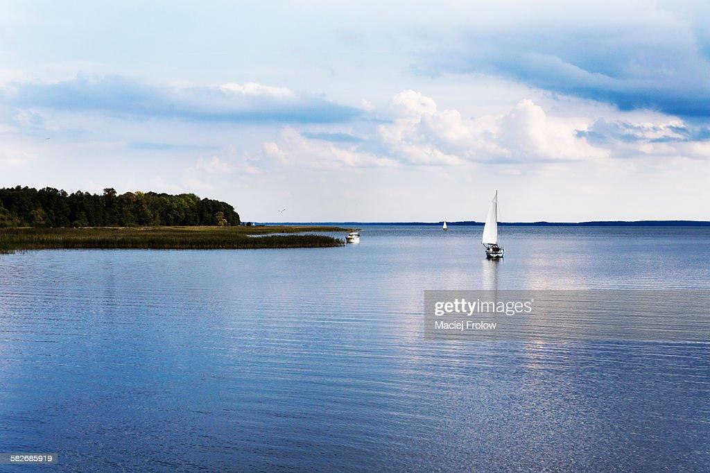 Calm lake and sailboat : Stock-Foto