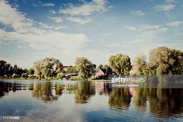 calm lake with houses - land brandebourg photos et images de collection