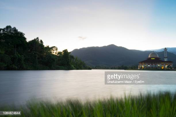 calm lake with mountains in background - shaifulzamri fotografías e imágenes de stock