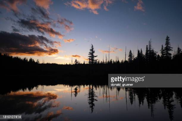 calm mountain lake reflecting sunset sky - deschutes national forest stock pictures, royalty-free photos & images