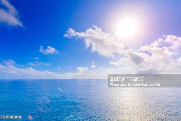 calm ocean under blue sky - paesaggio marino foto e immagini stock