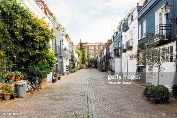 calm street with mews houses in notting hill, london, greater london, uk - perspectiva espacial - fotografias e filmes do acervo