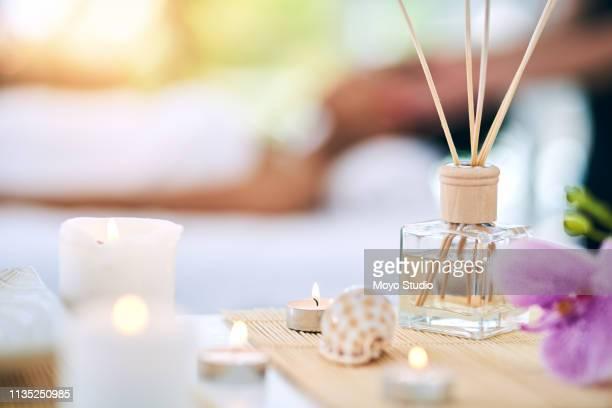 calme à venir à votre façon - massage room photos et images de collection