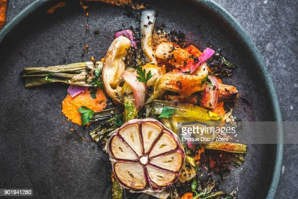 Calçots and Garlic, vertical close up