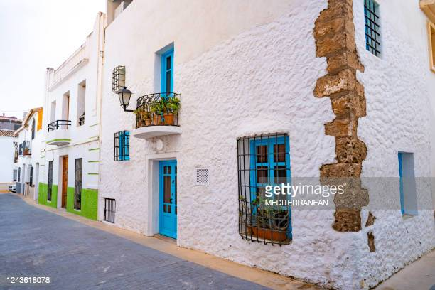 calpe calp méditerranée façades blanches vieille ville à alicante espagne - alicante photos et images de collection